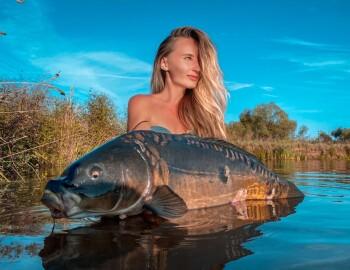 Фото с рыбалки с огромным карпом