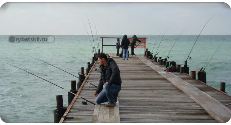 Рыбалка на море с пирса
