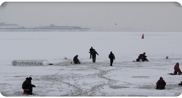 Большое озеро с рыбаками